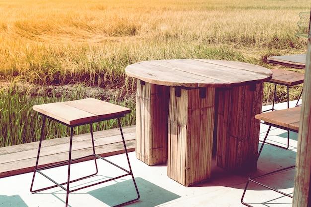 Büro im freien in einem goldenen graskonzept-ideenlebensstil unter naturarbeits- und -reisehintergrund
