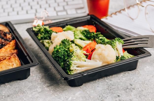 Büro lebensmittel lieferung zum mitnehmen lunchboxen container im büro geliefert