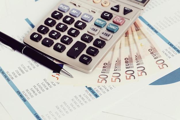 Büro mit dokumenten und geldkonten