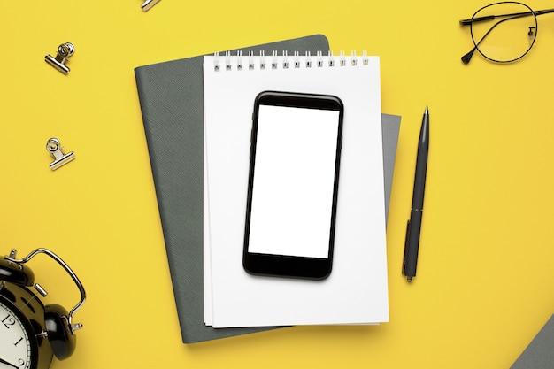 Büro notebook, handy, brille und papiere
