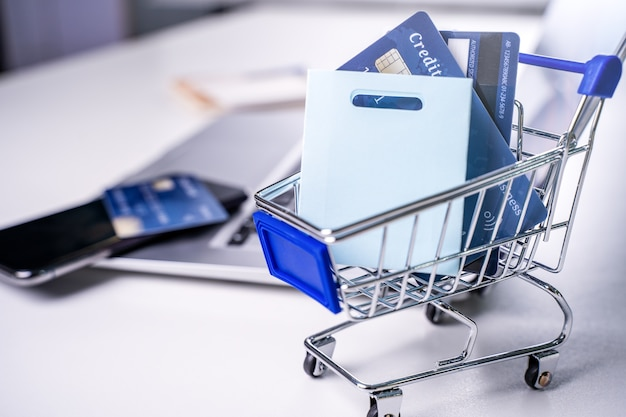 Büro online bezahlen bleiben zu hause einkaufen elektronische zahlung mit kreditkartenkonzept