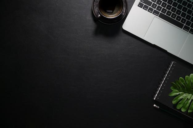 Büro-schreibtisch-bürobedarf des ledernen schreibtischs auf geschäftsarbeitsplatz