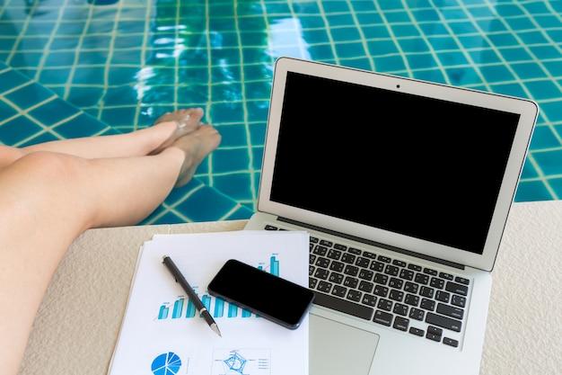 Büro-schreibtisch mit einem laptop