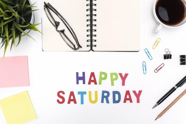 Büro schreibtisch tisch mit glücklichen samstag wort