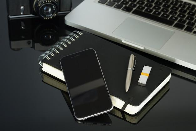 Büro schwarzer glas schreibtisch tisch mit telefon, laptop und zubehör