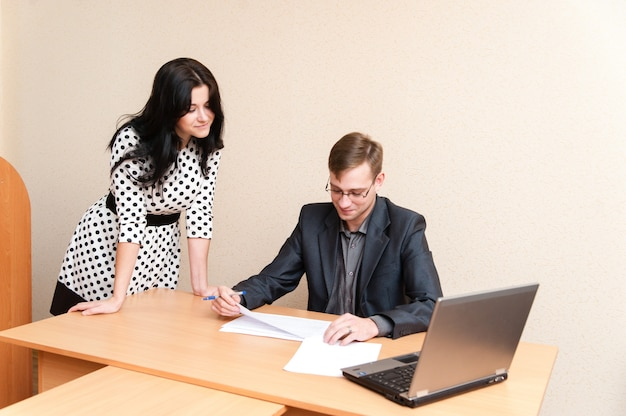 Büro situation. dokumente signieren.