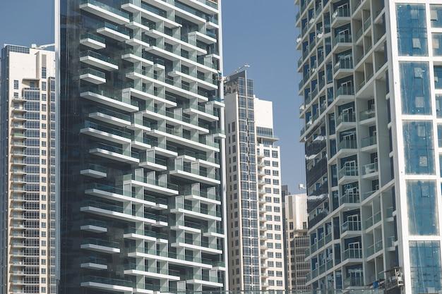 Büro- und wohnwolkenkratzer im geschäftsviertel dubai.