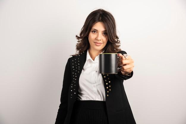 Büroangestellte bietet eine tasse tee an