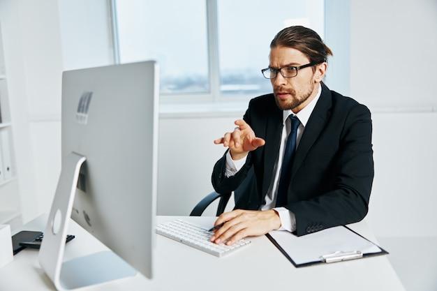 Büroangestellte dokumente in handkommunikation durch telefonchef