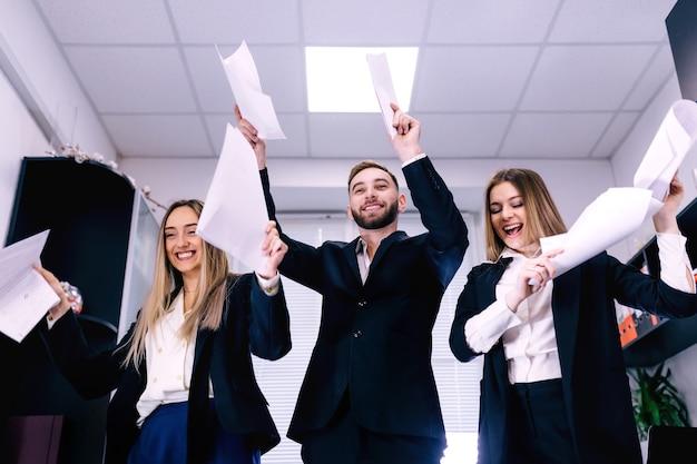 Büroangestellte feiern unternehmenserfolg, siegeskonzept