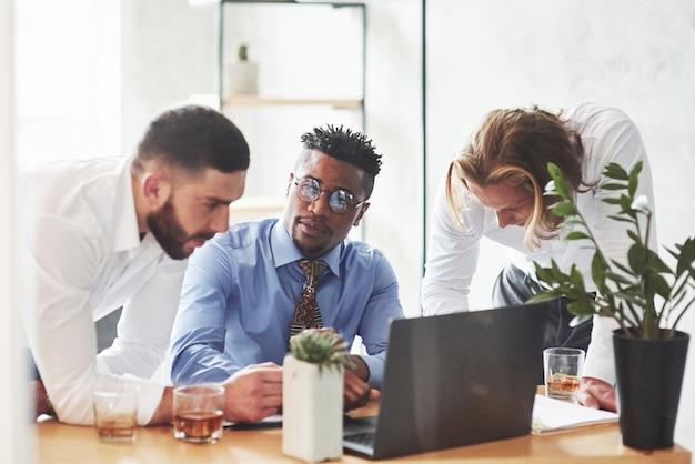 Büroangestellte unterhalten sich während ihrer arbeit