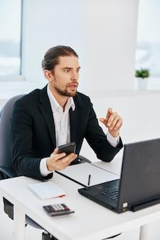 Büroangestellter büroarbeitsdokumente mit einem telefon in der hand-technologie