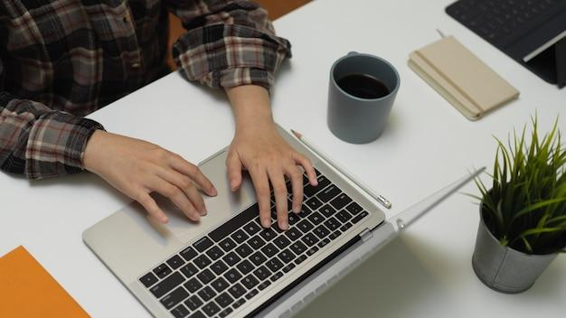 Büroangestellter, der auf computertastatur tippt