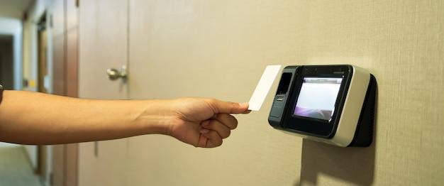 Büroangestellter, der den personalausweis verwendet, um an der zugangskontrolle zu scannen.