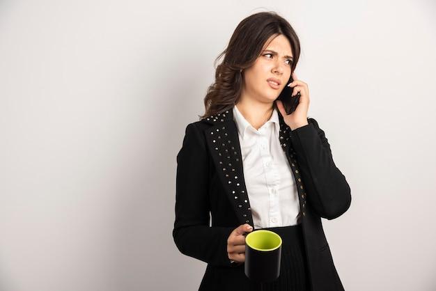Büroangestellter, der die arbeit am telefon bespricht