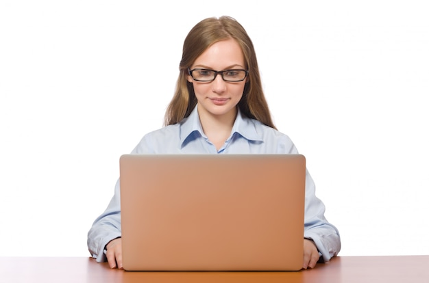 Büroangestellter, der laptop lokalisiert auf weiß hält