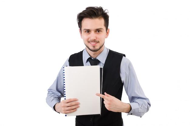 Büroangestellter, der papier lokalisiert auf weiß hält