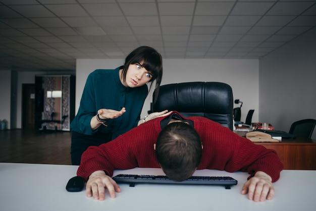 Büroangestellter des jungen mädchens schreit seinen stab an. die situation im modernen büro.