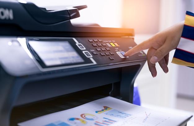Büroangestellter druckpapier auf multifunktionslaserdrucker. kopieren, drucken, scannen und faxen sie im büro. moderne drucktechnologie. fotokopierer. dokumenten- und papierarbeit. professioneller scanner.