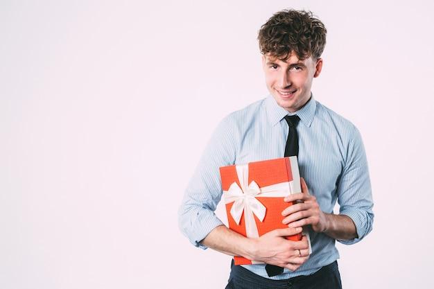Büroangestellter mit einem geschenk in händen