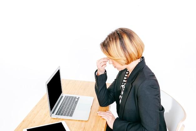 Büroangestellter mit kopfschmerzen