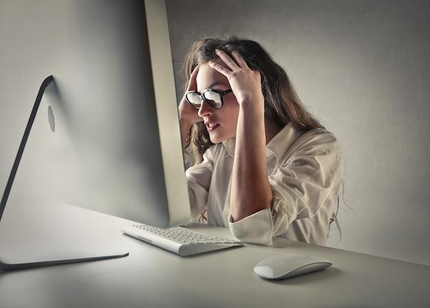 Büroangestellter mit schwierigkeiten