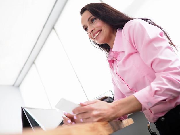 Büroangestellter sitzt in der nähe von laptop und telefoniert