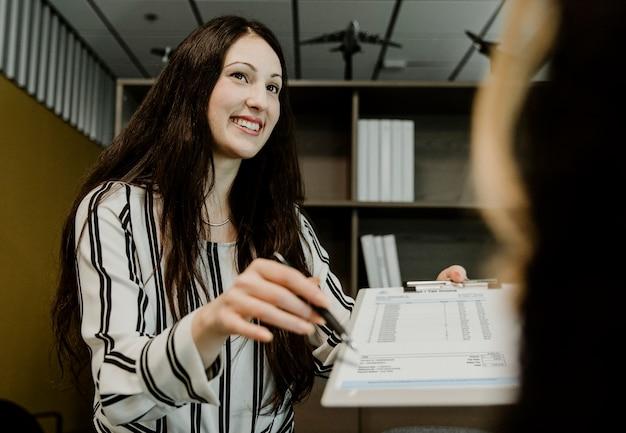 Büroangestellter zeigt dem kunden die quittung und die steuerrechnung