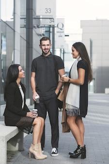 Büroarbeiter mit kaffee auf der straße