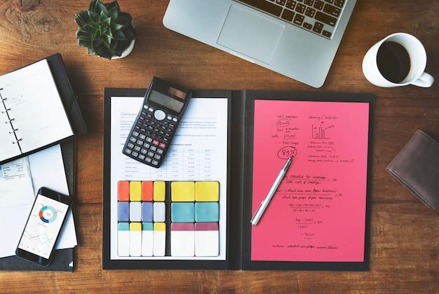 Büroarbeits-tabellen-technologie-konzept