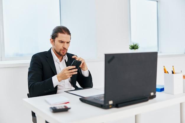 Büroarbeitsdokumente des managers mit einem telefon in der hand chef