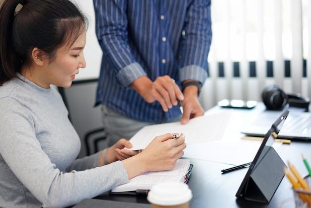 Büroarbeitskonzept ein intelligenter geschäftsmann, der seinem geschäftspartner eine vorstellung von den marketingstrategien bietet.