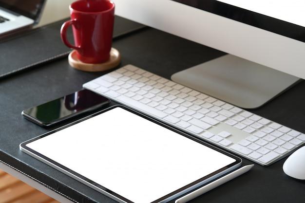 Büroarbeitsplatz mit computer- und bürobedarf
