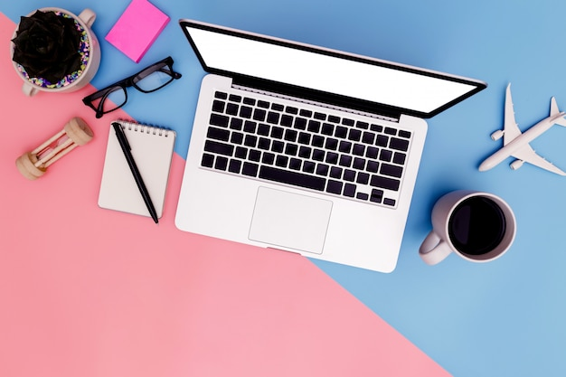 Büroarbeitsplatz mit leerem laptop und klemmbrett in der flachen lage