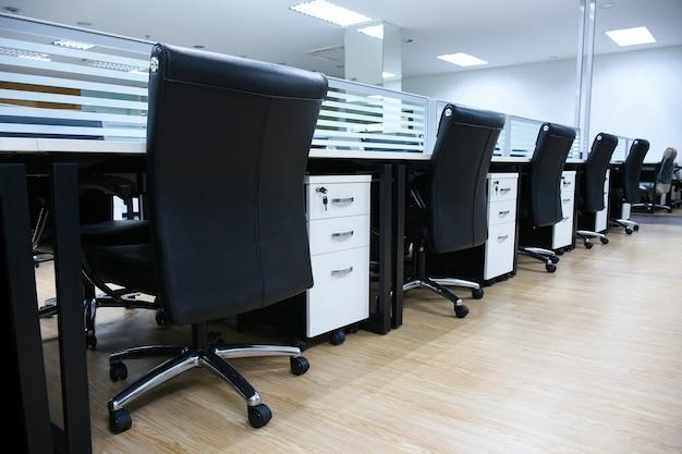 Büroarbeitsplatz mit schreibtisch und ledersessel