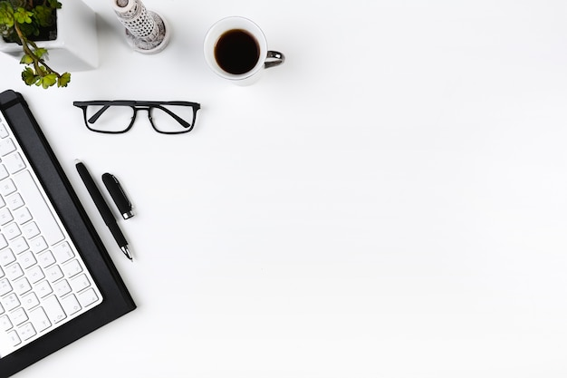Büroarbeitsplatz mit tastatur und gläsern