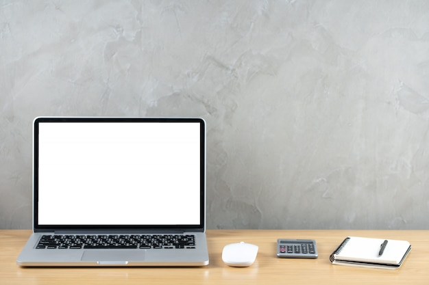 Büroarbeitsplatzbüro des hölzernen tisches zu hause mit laptop, weißes bildschirmnotizbuch mit taschenrechner.