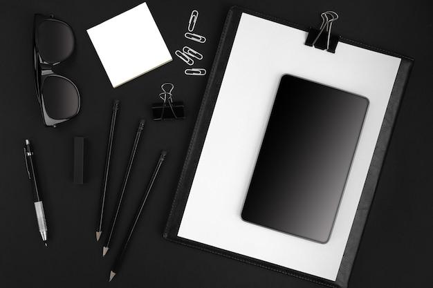 Büroartikel auf schwarzem hintergrund. draufsicht. Premium Fotos