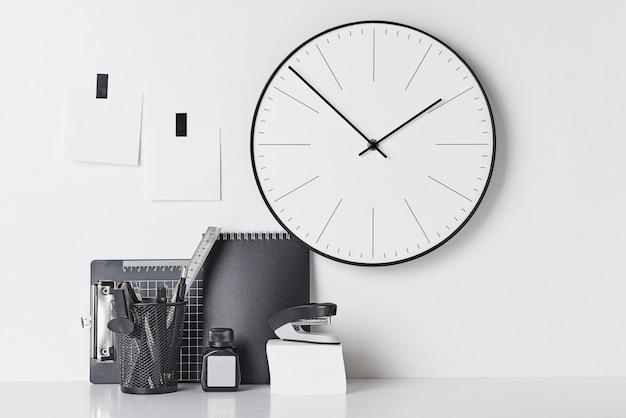 Büroartikel, klebrige und runde uhr auf weiß