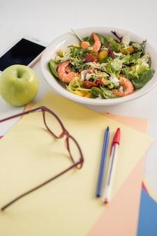 Bürobedarf und salatschüssel