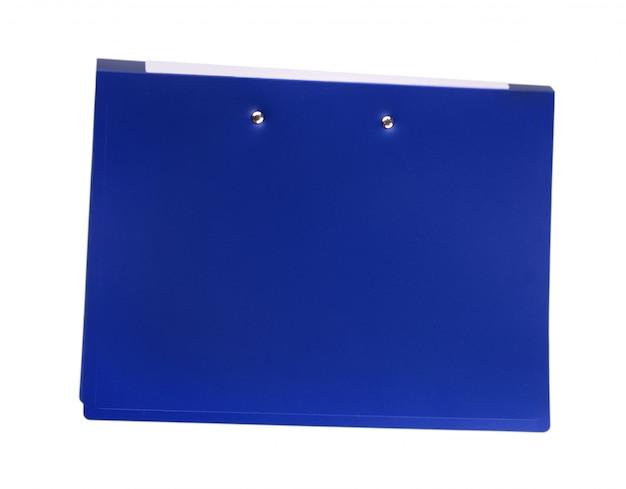 Büroblauer ordner zum binden an der weißen wand.