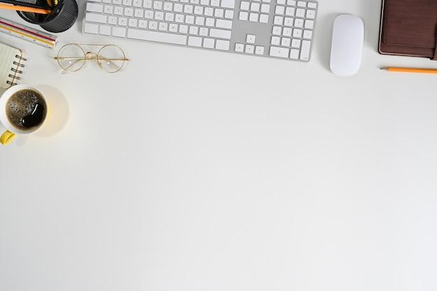 Bürodesktop-ansichtstabelle mit computertastatur