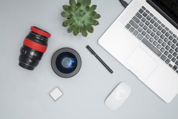 Bürodesktop mit einem laptop und anderen elementen