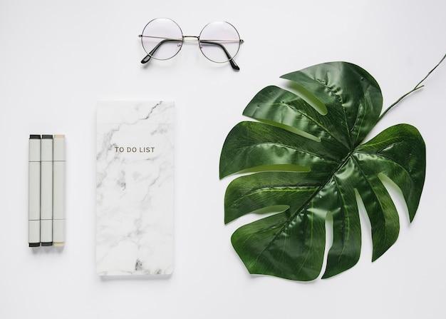 Bürodesktop mit einer brille