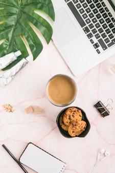 Bürodesktop mit einer kaffeetasse und plätzchen