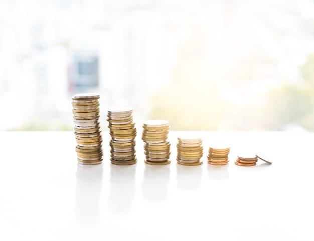 Bürodesktop mit gestapelten münzen