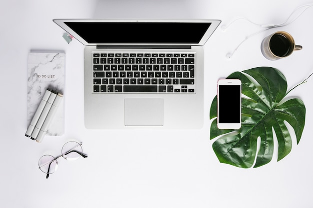 Bürodesktop mit handy