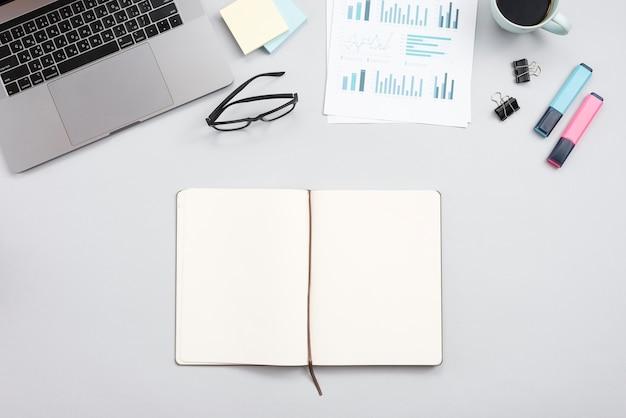Bürodesktop mit laptop und einem notizbuch
