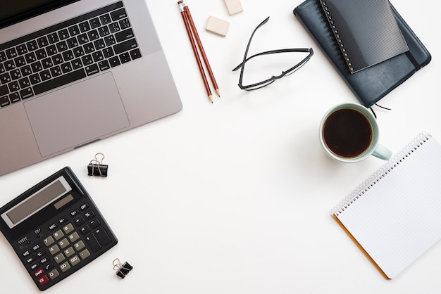 Bürodesktop mit laptop und einer kaffeetasse
