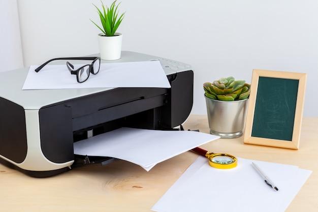 Bürodruckerabschluß oben auf einem holztisch